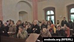 Удзельнікі пілігрымкі падчас Літургіі (Фота гэтае і ніжэй - Юліі Янюк)