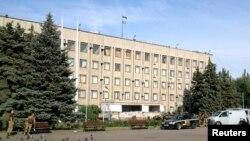 Zastava Ukrajine vijori na vladinoj zgradi u Slavjansku, 5. juli