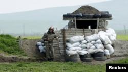 ԼՂ ՊԲ զինծառայողը մարտական հերթապահություն է իրականացնում շփման գծում, ապրիլ, 2016թ.