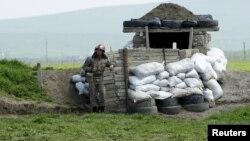 Военнослужащий Армии обороны Нагорного Карабаха несет боевое дежурство на линии соприкосновения, 8 апреля 2016 г.