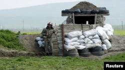 ԼՂ Պաշտպանության բանակի զինվորը մարտական հերթապահություն է իրականացնում շփման գծում, 8-ը ապրիլի, 2016 թ.