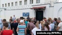 Сваякі затрыманых падчас пратэсту 9 жніўня 2020 прыйшлі да ізалятара часовага ўтрыманьня на Акрэсьціна