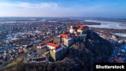 Замок Паланок (Мукачівський замок) у закарпатському місті Мукачеві. Унікальний зразок середньовічної фортифікаційної архітектури, з поєднанням різних стилів. Одна з найцінніших історичних і воєнно-архітектурних пам'яток Закарпаття XIV–XVII століть