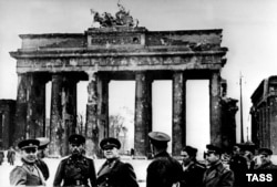 Георгій Жуков (у центрі) у Берліні, біля Бранденбурзьких воріт, весна 1945 року