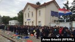 Tovarnik: Izbjeglice čekaju mjesto u vozu ili autobusu