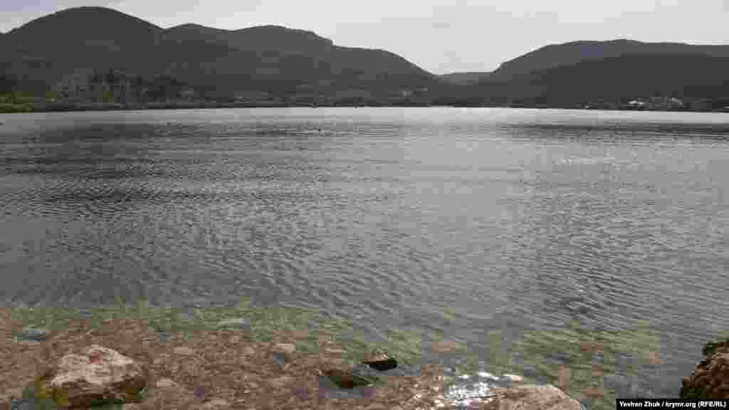 Глибина озера досягає 14 метрів, його середня глибина –10 метрів. У ньому є водні рослини й риба, в основному карась і окунь