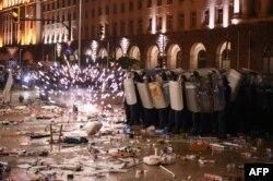 В 56-ия ден на протести се стигна до сблъсъци между полиция и протестиращи. Над 100 души бяха арестувани.