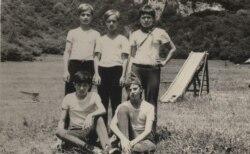 Юрий Караев (внизу слева)