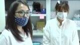 Потерявшая из-за пневмонии отца девушка-волонтер помогает врачам