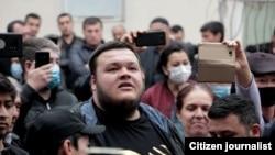 Блогер Шухрат Мусаев задает вопрос Хидирназару Аллакулову. Ташкентская область, 12 марта 2021 года.