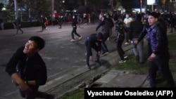 Полиция жасағына қарсылық көрсетіп жатқан наразылар. Бішкек, 6 қазан 2020 жыл.