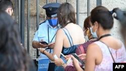 """Посетители в Колизеума в Рим показват своите """"зелени"""" пропуски на входа. Снимката е от 6 август"""
