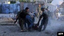 Աֆղանստան - Հերաթում ԱՄՆ-ի հյուպատոսարանի անվտանգության աշխատակիցները բարձրացնում են իրենց սպանված գործընկերոջ դին, 13-ը սեպտեմբերի, 2013թ․