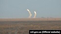 Украина әскерилерінің сынақ үшін атып жатқан зымырандары. Херсон облысы, 1 желтоқсан 2016 жыл.