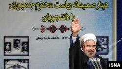 حسن روحانی در واکنش به شعارهای دانشجویان برای آزادی رهبران جنبش سبز و زندانیان سیاسی گفت که دولت او به وعدههای خود پایبند است