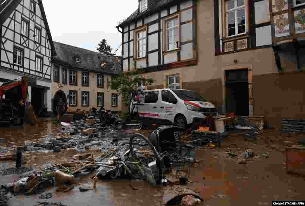 Пошкоджений автомобіль і велосипеди в Арвайлер-Бад-Нойенар, 15 липня 2021 року