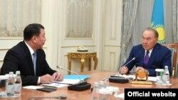 Президент Казахстана Нурсултан Назарбаев (справа) на встрече с директором службы внешней разведки «Сырбар» Габитом Байжановым на фото, опубликованном на сайте администрации президента Казахстана 27 августа 2018 года.