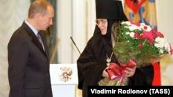 Владимир Путин награждает игуменью Иннокентию орденом Дружбы