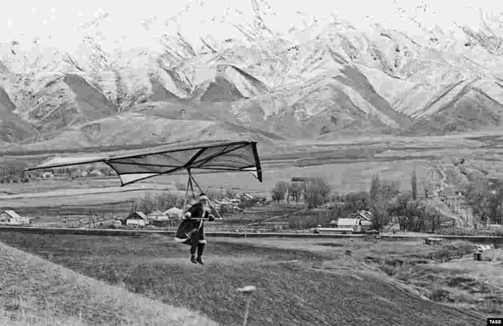 Киргизский Дед Мороз собирается лететь на дельтаплане к детям в город Фрунзе, 1977 год