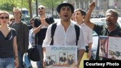 Әзербайжан журналисі Агиль Халил (ортада) Бакуде наразылық шарасын өткізіп тұр. 21маусым 2011 жыл.