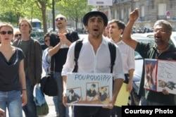 Азербайджанский журналист Агиль Халил на акции протеста в Баку.