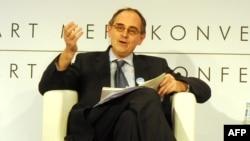 """The Economist"" hepdeliginiň baş redaktory Edward Lukas (Lucas)"