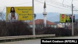 """Вдоль дороги из Симферополя в Ялту встречается множество билбордов """"Стоп Майдан""""."""