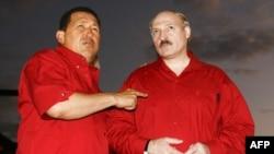 Ҳуго Чавес бо раиси ҷумҳури Белорус. Акс аз бойгонӣ.