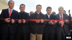 Заменик министерот за образование Сафет Незири, министерот за образование Спиро Ристовски, премиерот Никола Груевски, градоначалникот на Чаир Изет Меџити и претседателот на ДУИ Али Ахмети.