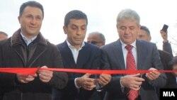 """Никола Груевски и Али Ахмети на отворањето на ОУ """"Конгреси и манастирит""""(Битолски конгрес) во Чаир во Скопје, 2013 година."""