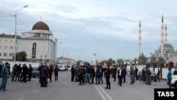 Жители Грозного собрались на месте взрыва в день нападения, 5 октября 2014 г.