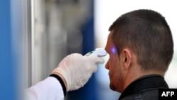 Medicinski radnik meri temperaturu