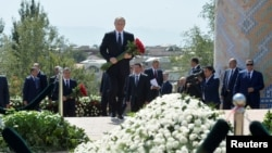 Президент России Владимир Путин у могилы Ислама Каримова в Самарканде