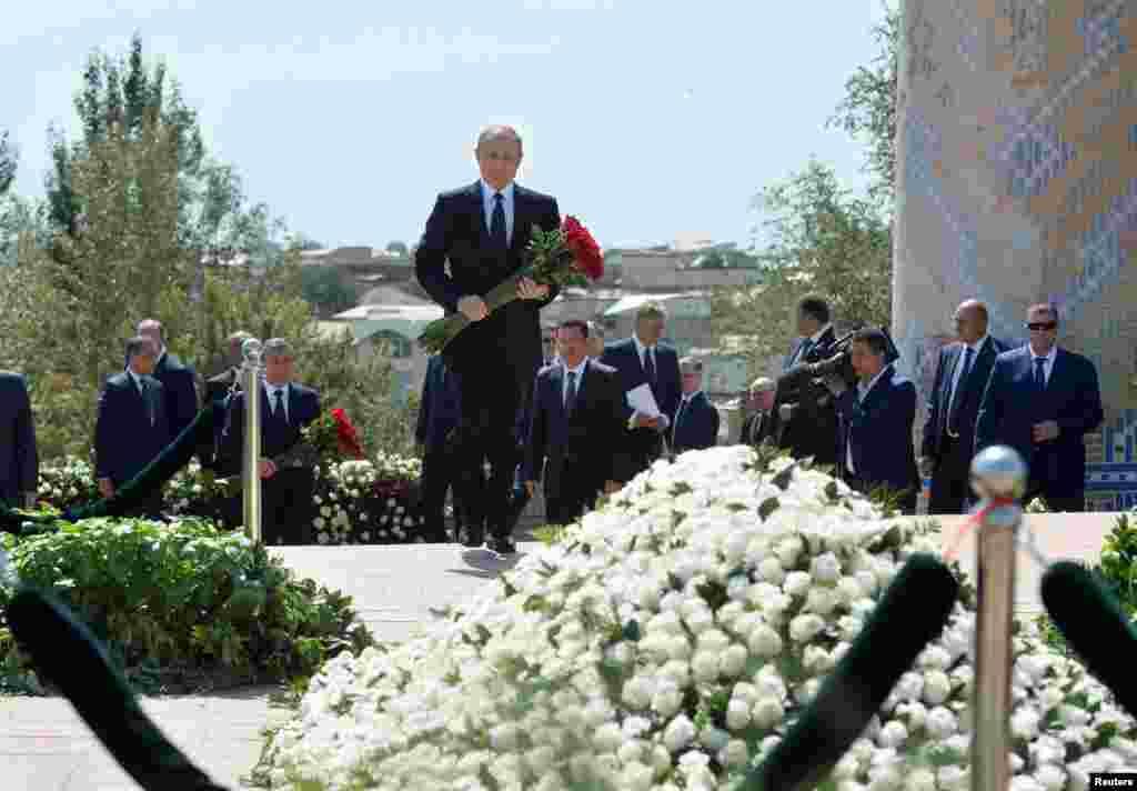 Владимир Путин готовится возложить цветы к могиле Ислама Каримова