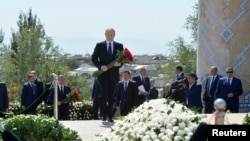 Россия президенти Путин Самарқандда Каримов қабрига гул қўйди