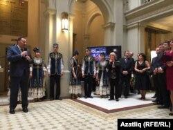 Татарстан көннәре ачылышында мәдәният министры Айрат Сибагатуллин, сәнгатькәрләр һәм Моравия хакимияте вәкилләре