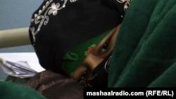 Алты сәби қатар тапқан Сара Гүл. Мазар-е Шариф, 25 қаңтар 2012 жыл