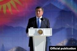 Қырғызстан президенті Сооронбай Жеенбеков тәуелсіздік күні құрметіне өткен салтанатты шарада сөз сөйлеп тұр. 31 тамыз 2020 жыл.