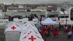 Anija italiane me 900 migrantë arrin në Sicili