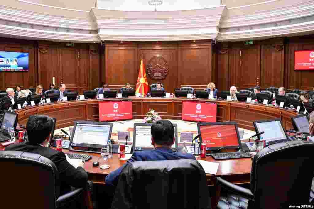 МАКЕДОНИЈА - Владата го усвои мислењето на Министерството за правда да се прифати иницијативата за автентично толкување на член 11 од Законот за помилување. Ставот на Владата е дека поранешниот претседател Ѓорѓе Иванов немал право да помилува.