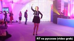 Речниця МЗС Росії Марія Захарова танцює на саміті Росія – ASEAN, 2016 рік
