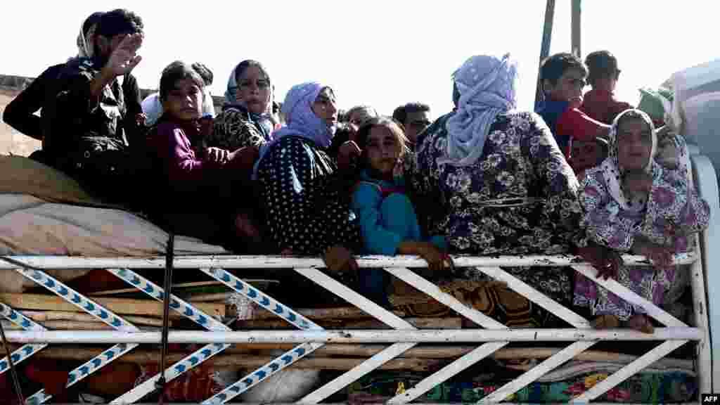 Беженцы проходят через КПП на северо-востоке Сирии