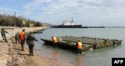 Қырым жағалауына платформа орнатып жатқан Ресей әскері. 5 мамыр 2014 жыл.