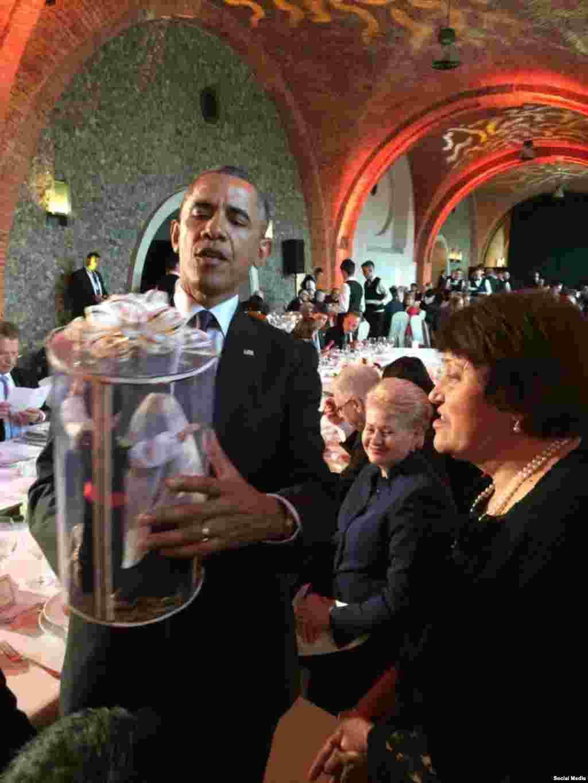 АКШ президенты Барак Обама кулында Сафинар Җәмилева тапшырган бүләк (Рөстәм Умеров фотосы)