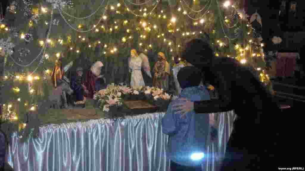 Християни східного обряду 6 січня святкують Різдвяний Святвечір – переддень Різдва. У севастопольському Покровському соборі з цієї нагоди пройшли святкові служби, де виконали колядки і щедрівки українською мовою