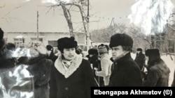 Эбенгаппас Ахметов с товарищем в центральном парке г.Целинограда. Фото из личного архива Эбенгаппаса Ахметова.
