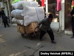 В пятницу базар закрыт, рано утром в субботу лавочникам доставляют товар