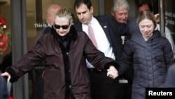 Sekretarja Amerikane e Shtetit, Hillary Clinton duke lënë Spitalin
