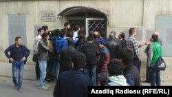Перед началом процесса по делу активистов движения NIDA в Суде по тяжким преступлениям, 25 апреля 2014
