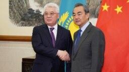 Қазақстан сыртқы істер министрі Бейбіт Атамқұлов (сол жақта) пен Қытай сыртқы істер министрі Ван И. Пекин, 28 наурыз 2019 жыл.